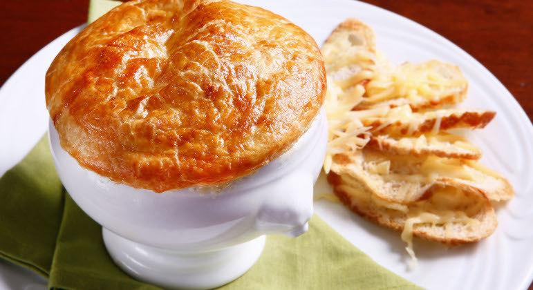 Sopa de cebola francesa, com massa folhada, é saborosa e sofisticada