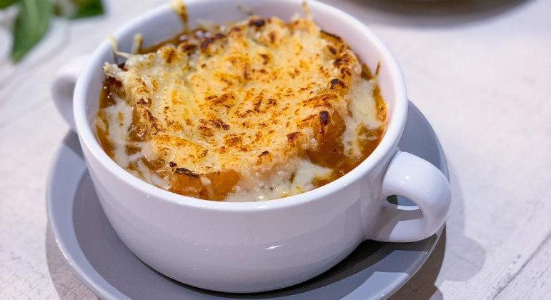 Sopa de cebola gratinada é opção perfeita para um jantar que aquece e nutre
