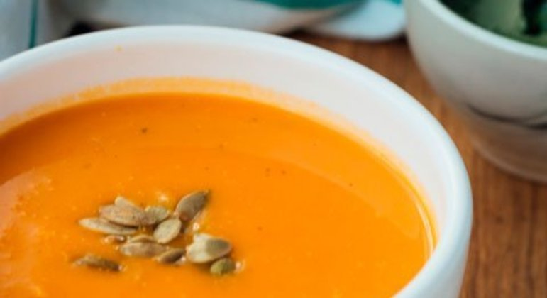 Sopa de cenoura com arroz: outra opção leve é a sopa de cenoura, uma verdadeira aliada contra doenças estomacais. É recomendada a adição de arroz à sopa, pois este ajuda a regularizar o intestino.