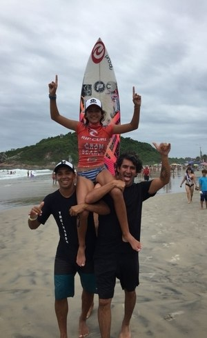 Sophia com Gilmar Pulga, técnico, e Charles, pai e técnico