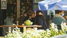 Filha de Claudia Raia é flagrada aos beijos com namorado