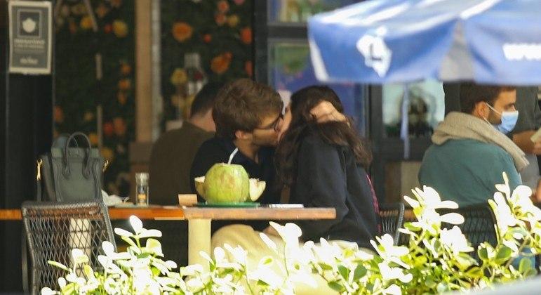 Sophia Raia é flagrada aos beijos com namorado
