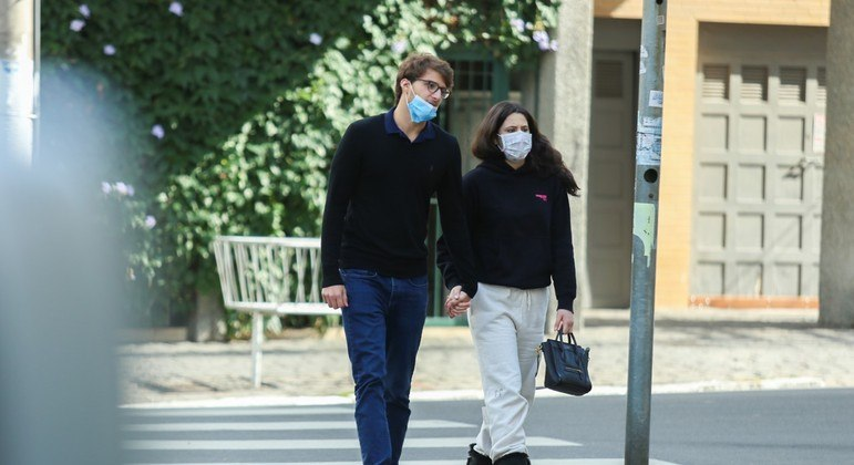 Sophia Raia caminha com namorado no bairro Jardins