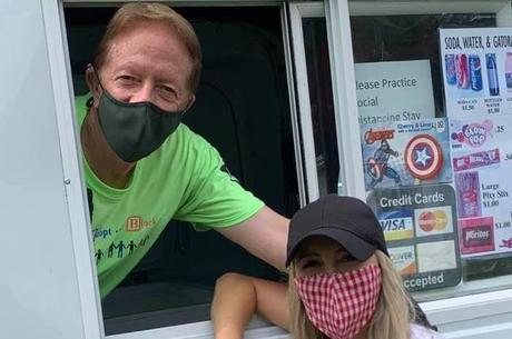 Bill e sua filha se protegendo durante a distribuição