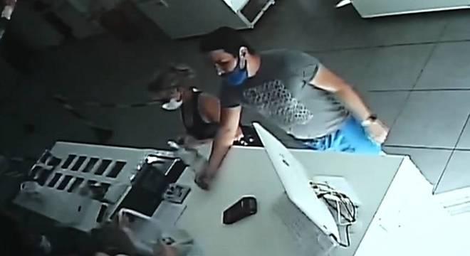 Homem entrou no local com máscara no rosto, mas sem tapar o nariz