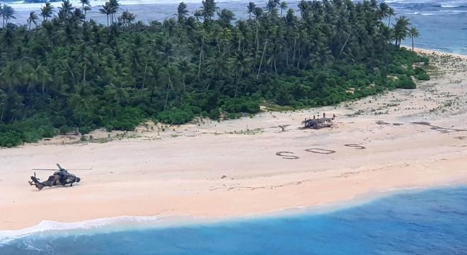 Helicóptero resgata três marinheiros náufragos: localizados por um SOS na areia