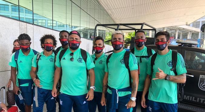 Sósias do time do Flamengo entraram em ônibus do clube
