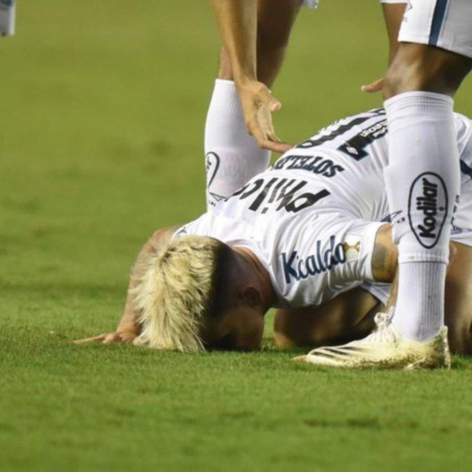 Depois do golaço, Soteldo beijou o gramado da Vila Belmiro. Venezuelano teve ótima atuação