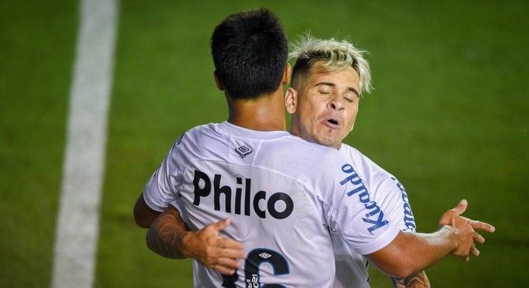 Soteldo e Marcos Leonardo comemoram gol do Santos contra o Corinthians