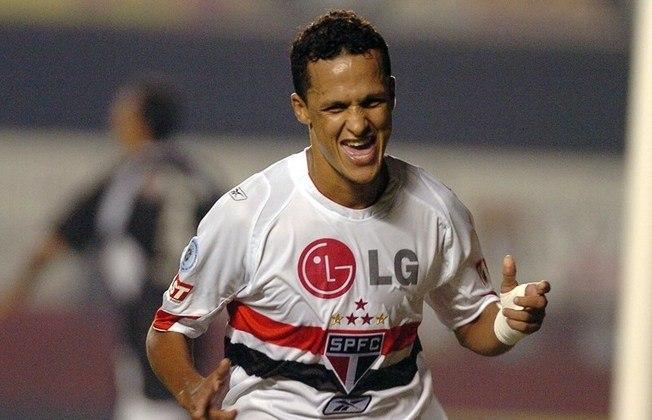 Souza - o volante entrou no segundo tempo na final, e acabou sendo um dos símbolos do então São Paulo que ganhou o Mundial, a Libertadores, o Bicampeonato brasileiro e o Campeonato Paulista, entre 2005 e 2007.