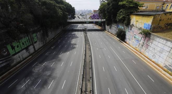 Fechamento de serviços não essenciais é criticada pelo presidente Jair Bolsonaro