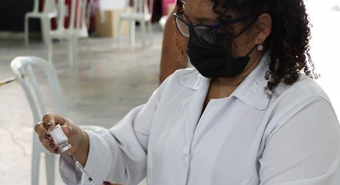 Cobertura vacinal da população acima de 18 anos está em 101% para primeiras doses