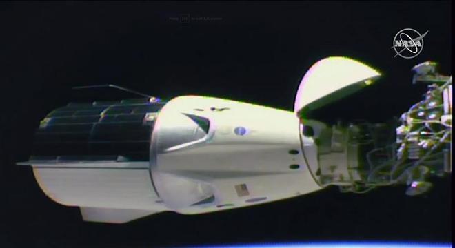 Capsula projetada pela SpaceX no procedimento de acoplagem na Estação Espacial