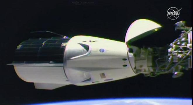 Crew Dragon, da SpaceX, acoplada à Estação Espacial Internacional