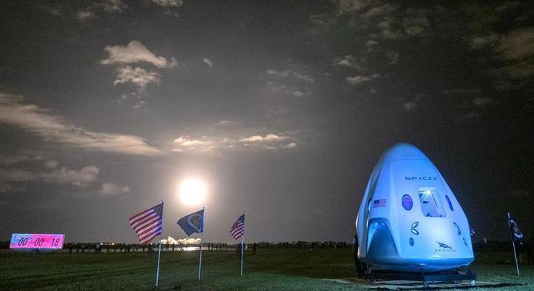 Space X vai realizar primeiro voo composto somente por civis