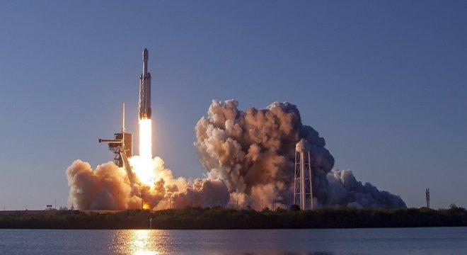 Lançamento do foguete Falcon Heavy no Cabo Canaveral, nos EUA