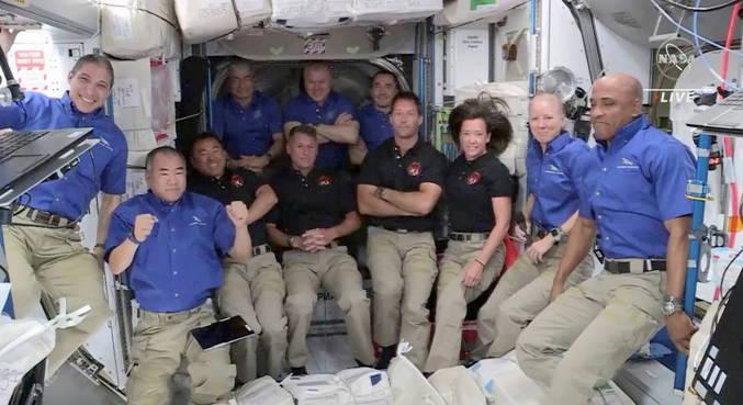 Astronautas da Crew-2 chegam na Estação Espacial Internacional