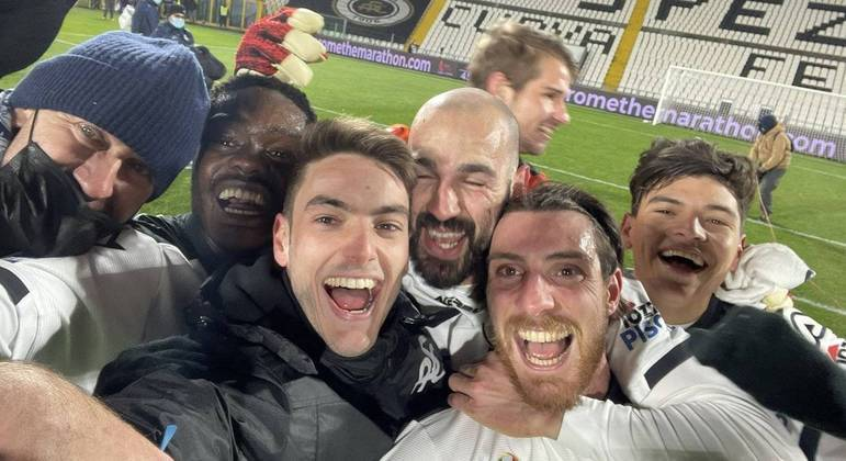A festa dos jogadores do Spezia, depois dos 2 X 0 no Milan