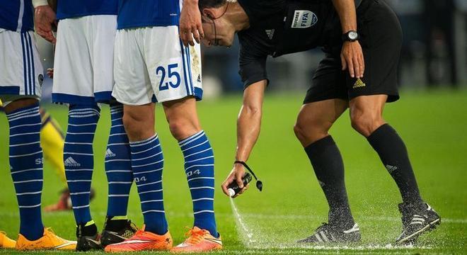 Spray para marcação de barreiras foi utilizado no futebol durante anos