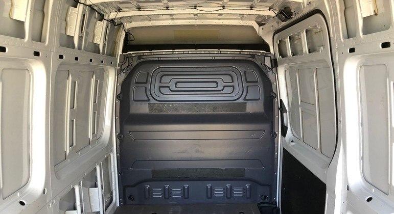 O Sprinter Furgão 314 CDI Street tem capacidade de carga útil de 1.217 kg