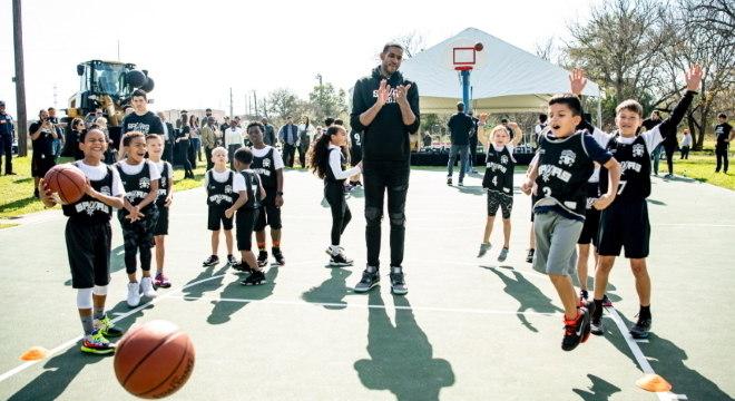LaMarcus esteve com as crianças em uma das quadras reformadas pelos Spurs