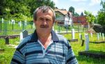 Smail Ibrimovic posa no Centro Memorial de Potocari em Srebrenica, Bósnia. Ele conseguiu sobreviver ao massacre durante a Guerra da Bósnia em 1995