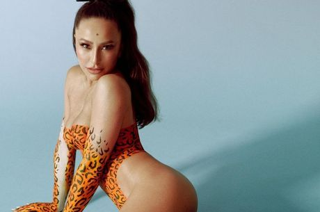 Sabrina posou poderosa com pintura de onça no corpo