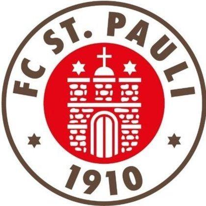 St Pauli (ALE) - Fundado em 15 de maio de 1910, o FC Sankt Pauli é um clube da cidade de Hamburgo com uma história quase nula de conquistas (nunca passou nem perto nos primeiros lugares nas competiçoes da elite), poucas passagens na Primeira Divisão e que vive entre a Segundona e a Terceirona. Porém, é absolutamente cultuado na Alemanha, praticamente o segundo time dos germânicos. E isso se deve ao off-campo. O nanico tem sede na zona boêmia de Hamburgo, proibe qualquer alusão ao nazismo ou radicalismo político (o associado é sumariamente expulso); em seus jogos, a torcida canta rock (normalmente heavy metal), leva (e toca) guitarras e a bandeira é a caveira de pirata, o que combina com a camisa 1 da equipe, negra.