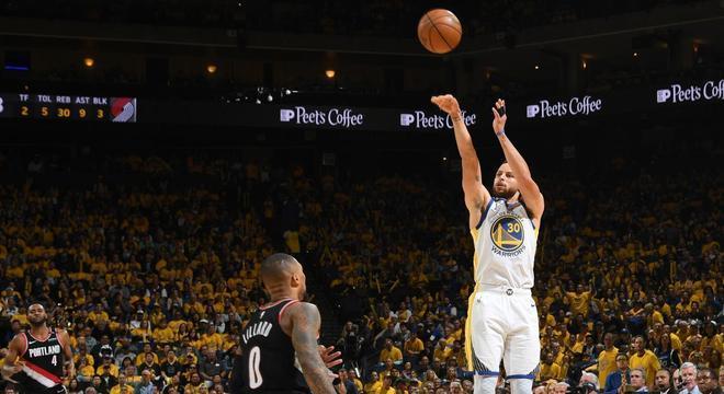 Stephen Curry, 35 dos 116 pontos dos Warriors
