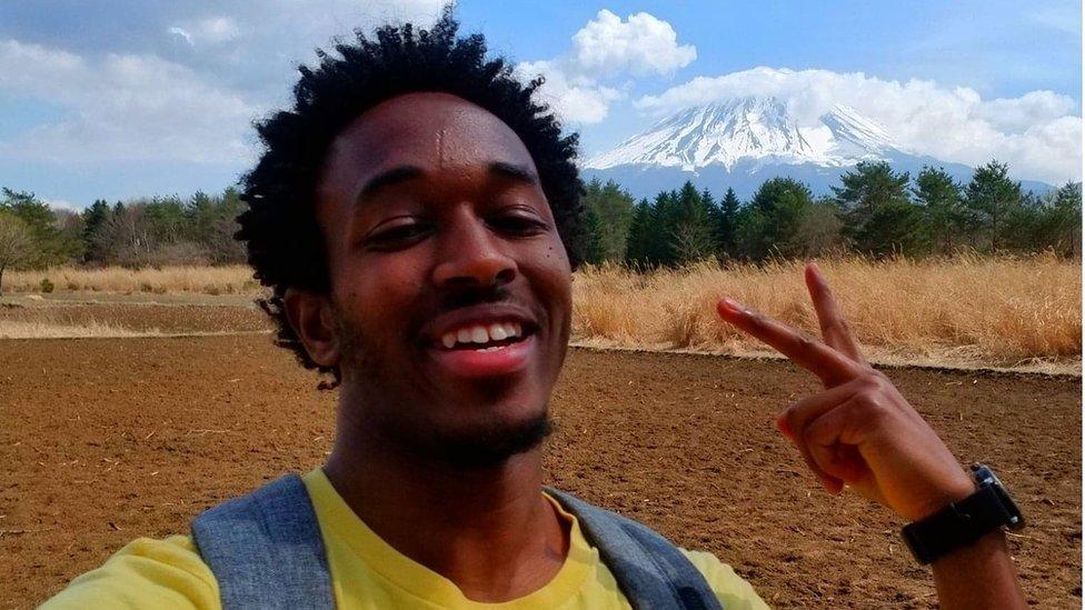 Sem falar o idioma, Stephen passou um ano em Tóquio, onde adquiriu experiência com os japoneses e depois se mudou para o extremo sul do país, para trabalhar no Instituto de Ciências e Tecnologia de Okinawa