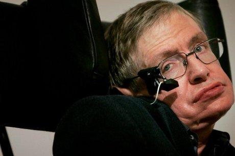 Em 2004, Hawking revisou sua própria teoria e concluiu que os buracos negros não absorvem tudo