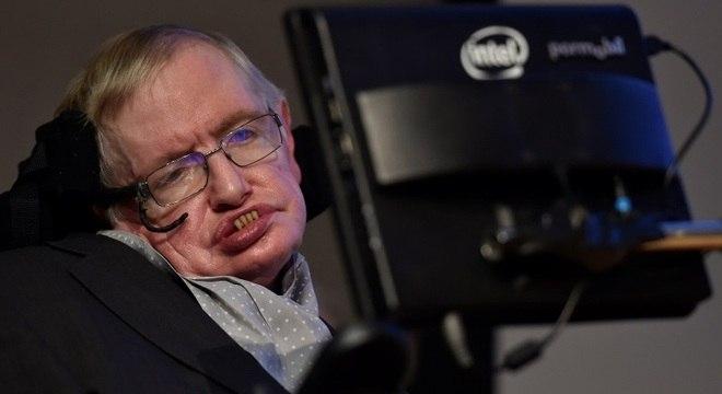 Hawking tinha doença degenerativa e revolucionou pesquisa sobre buracos negros