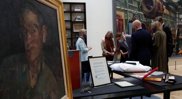 Retrato de Hawking feito pelo artista Fred Cumming faz parte da coleção que foi para Cambridge