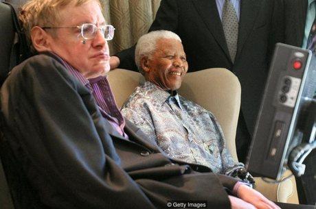 Registro do encontro de Stephen Hawking e Nelson Mandela em Johanesburgo, em 2008