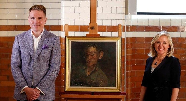 Tim e Lucy Hawking, filhos do cientista, entregaram o acervo à Universidade de Cambridge