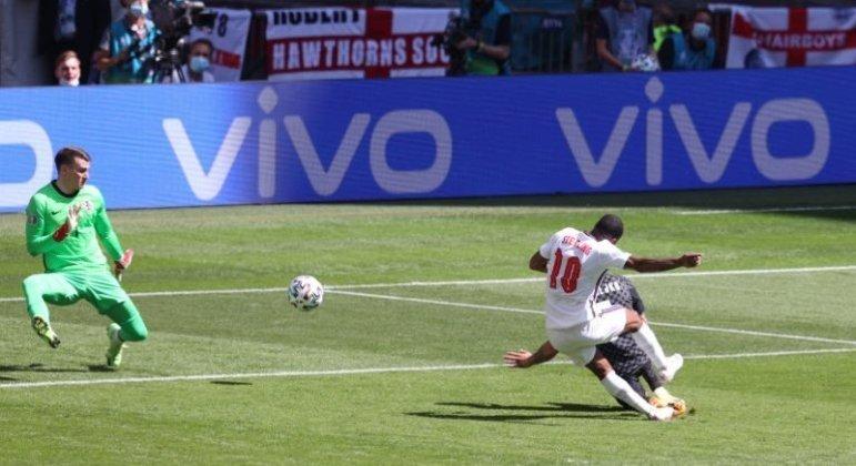 O momento do gol de Sterling, Inglaterra 1 X 0