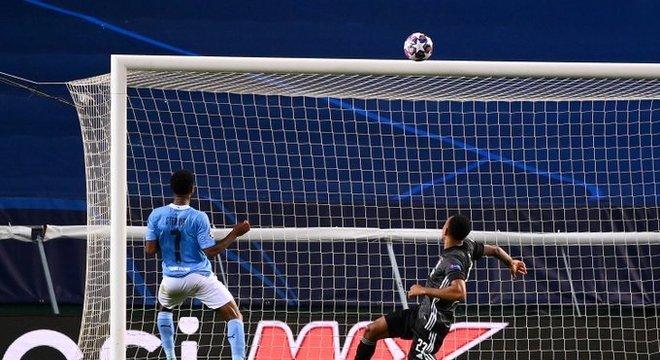 Guardiola montou mal o time. Mas o gol que Sterling perdeu foi indecente