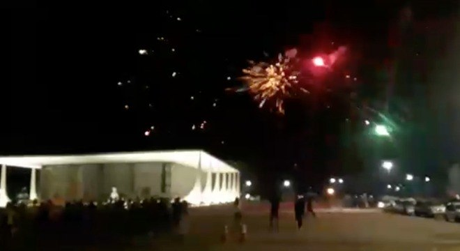 Imagem mostra fogos de artifícios lançados contra prédio do STF em Brasília