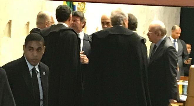 Ministros do Supreme Tribunal conversam em intervalo da sessão