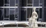 DF - LAVA JATO/LULA/CONDENAÇÕES/ANULAÇÃO/STF/RECURSOS/JULGAMENTO - POLÍTICA - Vista do prédio do Supremo Tribunal Federal, em Brasília, na tarde desta quarta-feira (14), onde os ministros do Tribunal iniciam hoje o julgamento de recursos apresentados contra decisão do ministro Edson Fachin que reconheceu a incompetência da 13ª Vara Federal de Curitiba para julgar quatro ações da Operação Lava Jato contra o ex-presidente Luiz Inácio Lula da Silva. Os ministros vão decidir se mantêm ou se derrubam, na íntegra ou parcialmente, todos os pontos levantados na decisão que o relator da Lava Jato no STF proferiu há cerca de um mês: a anulação das condenações de Lula no âmbito da operação; o envio dos processos - tríplex do Guarujá, sítio de Atibaia, terreno do Instituto Lula e doações da Odebrecht ao mesmo instituto - à Justiça Federal do DF; e o arquivamento da suspeição do ex-juiz federal Sérgio Moro. 14/04/2021 - Foto: LECO VIANA/THENEWS2/ESTADÃO CONTEÚDO
