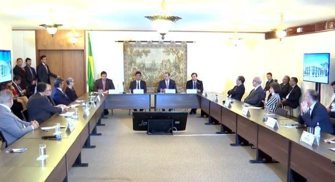Reunião de Alcolumbre com ministros do STF teve abraço e aperto de mão