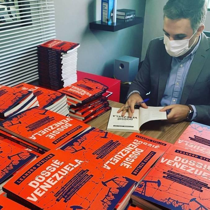 Autografando o Dossiê Venezuela
