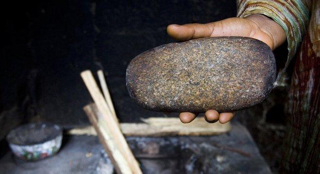 Uma pedra ou uma colher aquecidas no fogo são, normalmente, usados para queimar os seios de meninas na puberdade