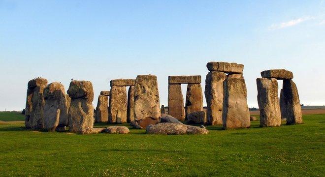 A construção de Stonehenge começou provavelmente por volta do ano 3.000 a.C.