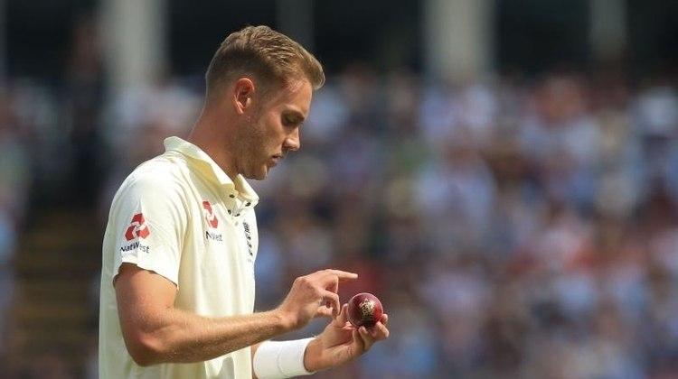 Stuart Broad - Jogador que se aventura pelos três formatos do Críquete. Ele é um dos maiores wicket-takers e um dos mais rápidos a atingir 400 Test wickets. Filho de Chris Broad, ex-jogador de críquete britânico, que representou a Inglaterra em 25 Test