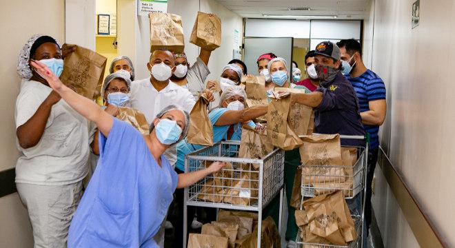 O chef Donato Galvez comanda a ação, além de preparar os sanduíches e entregá-los aos profissionais