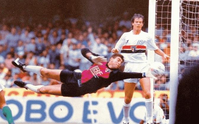 Sua estreia com o Tricolor aconteceu no dia 15 de julho de 1990, há 30 anos, em um amistoso contra o Pouso Alegre. Após a saída de Gilmar, ganhou a titularidade embaixo das traves.