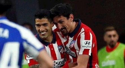 Suárez é abraçado por Savic após gol