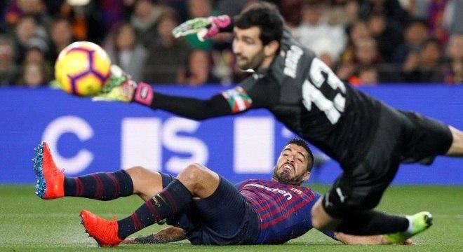 Suárez marca o primeiro gol da vitória do Barcelona sobre o Eibar, pelo Espanhol