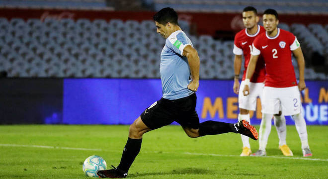 Suárez, de pênalti, abriu placar na partida entre Uruguai e Chile no Centenário